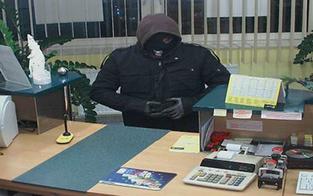 Maskierter überfiel Bank mit Maschinenpistole