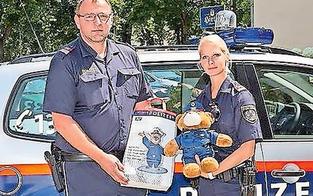 Leon (5) bekommt den Sicherheitspreis