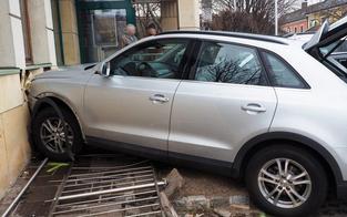 Pkw-Lenker erfasste Frau und krachte gegen Fassade einer Bankfiliale