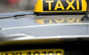 Wollte nicht bezahlen: Betrunkene 19-Jährige attackiert Taxi-Lenker