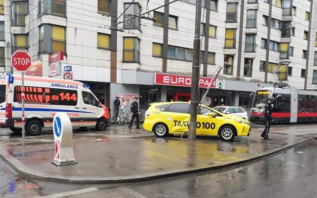 Rettungsauto crasht mit Taxi in Wien