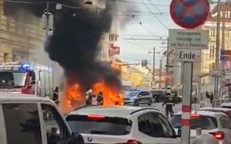 Mercedes ging mitten in Wien in Flammen auf