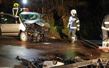 Zwei Autos crashen frontal: 29-Jähriger tot