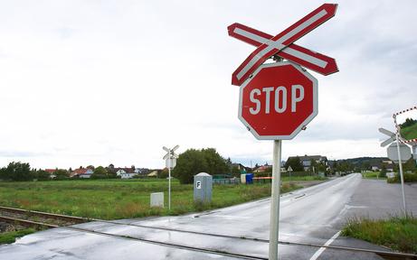 Schranken defekt: Pkw fuhr gegen S-Bahn