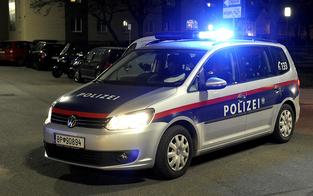 Masken-Sünderin attackiert Polizisten