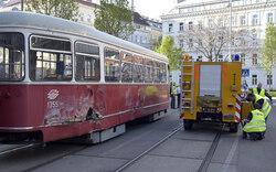 Fahrer nach Straßenbahn-Unfall abgezogen