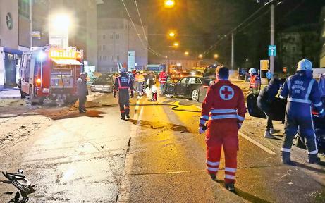Schwerer Crash fordert drei Verletzte