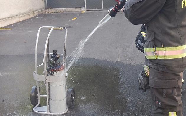 Feuerwehr loescht Brand aus Gasflasche in Wien-Rudolfsheim
