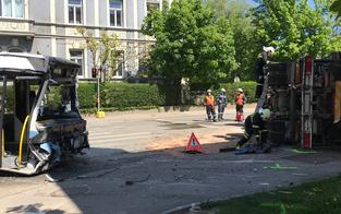 Lkw crasht mit Linienbus: Fünf Verletzte