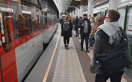 Trotz Lockdown weiter volle U-Bahn-Stationen