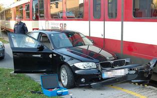Pkw von Salzburger Lokalbahn erfasst
