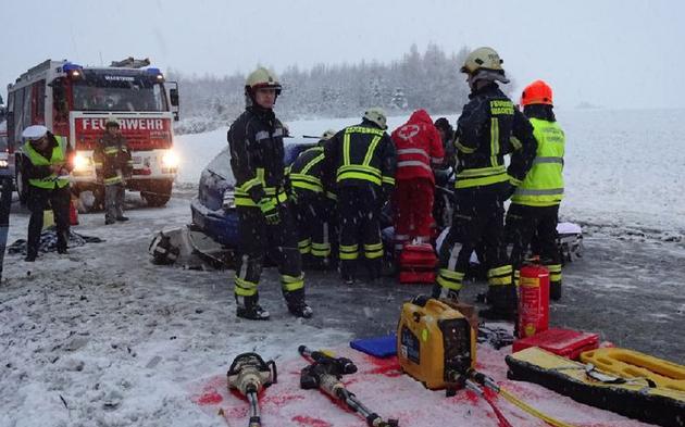 Drei Schwerverletzte nach Frontalcrash