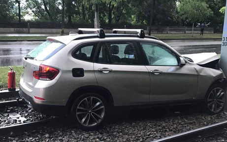Lenker fährt über Gleise & kracht gegen Masten