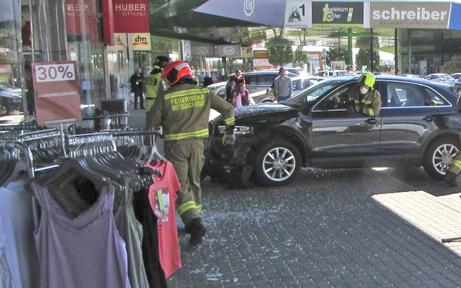 Frau landet mit Auto in Bekleidungsgeschäft