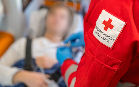 Nach Unfall ausgestiegen: Frau auf A1 in NÖ von Autobus erfasst