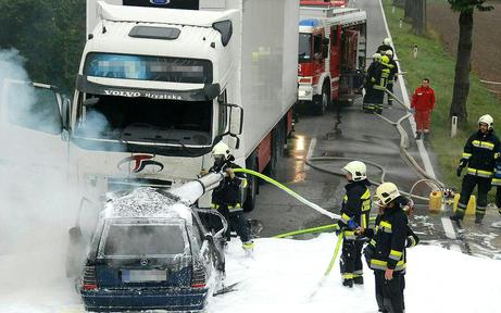 Horror: Pkw-Lenker verbrannte in seinem Auto