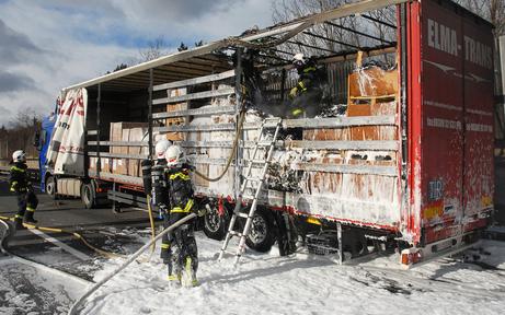 Sattelzug auf A21 in Brand geraten