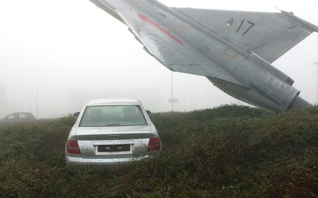 """Auto landete im """"Draken""""-Kreisverkehr"""