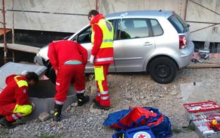 Frau fiel nach Pkw-Unfall in Schacht