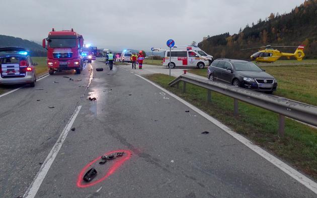 Auto gegen Kleinbus - Neun Verletzte