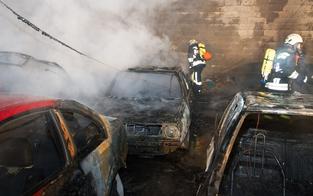 Autos in Halle in Hollabrunn in Brand geraten