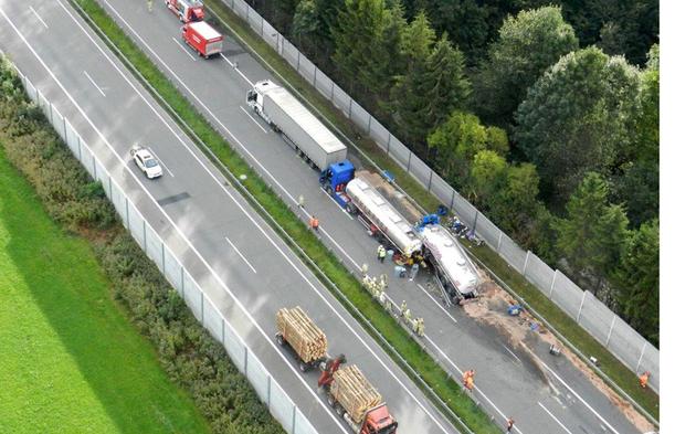 Zwei Tote nach Lkw-Crash - A 12 gesperrt