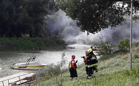 Sportboot auf der Donau in Flammen