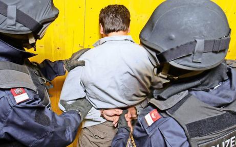 Stein-Attacke auf Polizisten