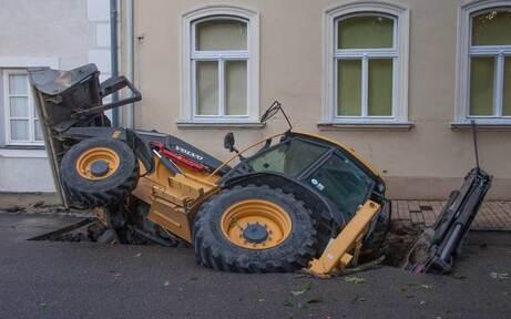 Bagger brach in Straße ein – Fahrer gerettet