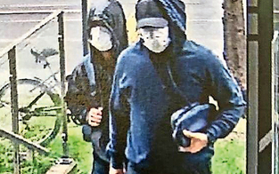 Masken-Duo stürmte bei Juwelier rein