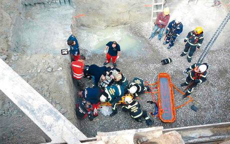 Bauarbeiter stürzt acht Meter in die Tiefe
