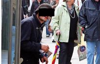 Bettler drischt mit seiner Krücke wild auf Wiener Polizisten ein
