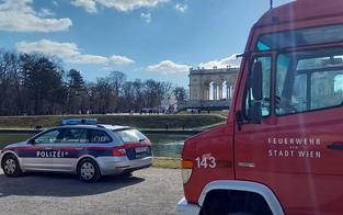 Drei Einsatzfahrzeuge retten Mann aus Gloriette-Brunnen