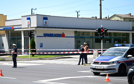 Pärchen überfiel Bank in Linz & drohte mit Bombe