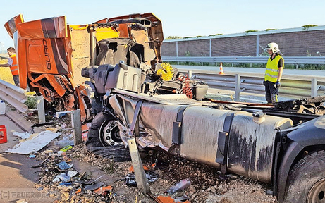 Mega-Chaos auf S 1 nach Lkw-Crash
