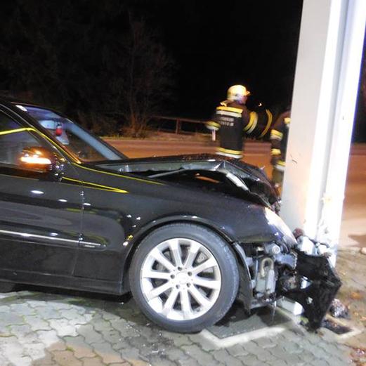 Crash gegen Tankstellen-Säule
