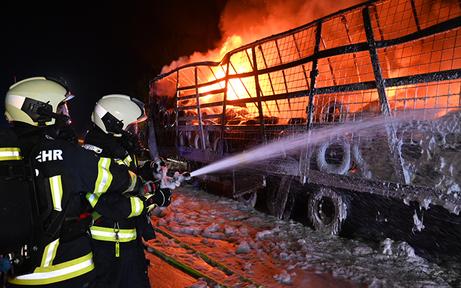 Lkw-Anhänger brennt auf Autobahn komplett aus