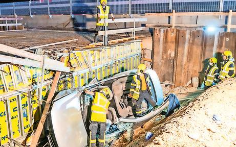 Auto krachte in Baugrube: Fünf Verletzte