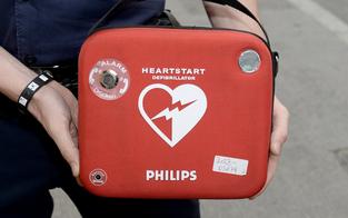 Polizisten retten mit Defi Ärztin vor Herztod