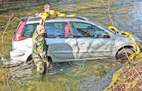 Wie von Geisterhand: Pkw stürzt in Fluss