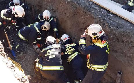 Arbeiter in Baugrube verschüttet
