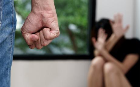 Mann verprügelte Ehefrau & drohte ihr mit dem Tod