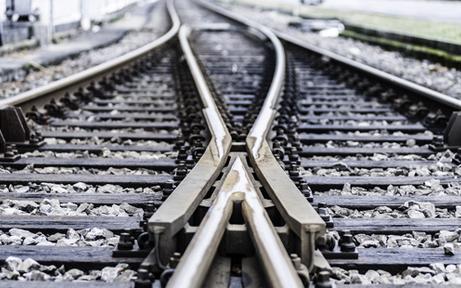 Pkw schlitterte nach Unfall über ÖBB-Gleise