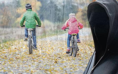 Kinder fuhren Kapuzenmann auf Rädern davon