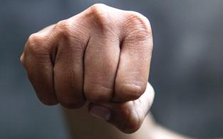 25-Jähriger prügelt auf schwangere Freundin ein