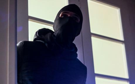 Hausfrau wehrt Einbrecher mit Messerstich ab