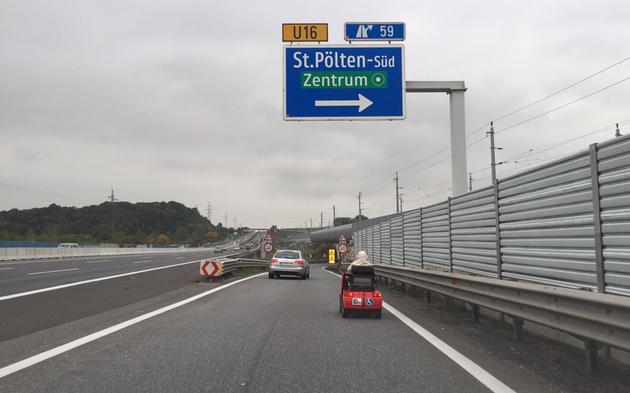 Oma (89) mit Behindertenfahrzeug auf  A1