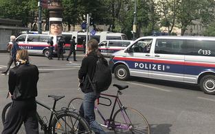Radler-Mob attackierte zu zehnt Motorradpolizisten
