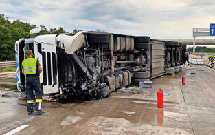 Topfen-Laster legte Südautobahn lahm