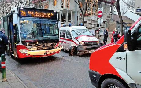 Rettung crasht in Linienbus